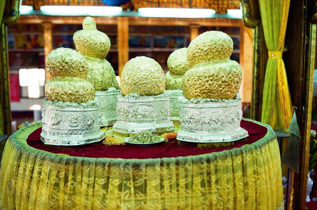 Phaung Daw Oo Pagoda buddha images